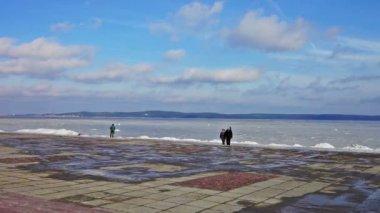 Couple walking on Onega lake embankment — Stock Video