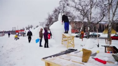 People watching process of ice figure making — Vídeo de stock
