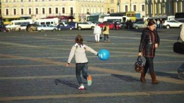 Niño con globos en el Parque — Vídeo de Stock