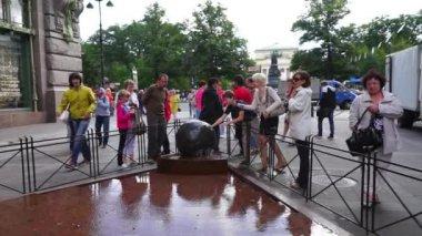在涅瓦大街的喷泉附近旅游 — 图库视频影像