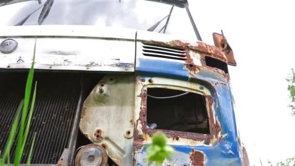 Viejo coche oxidada — Vídeo de stock