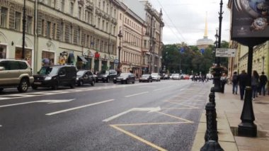 Car and pedestrians traffic at Nevsky Prospect — Stock Video