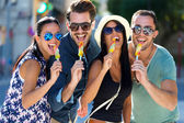 Portrait of group of friends eating ice cream. — Foto Stock