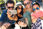 Portrait of group friends taking photos with a smartphone. — Stok fotoğraf