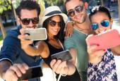 Portrait of group friends taking photos with a smartphone. — Stock Photo