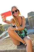 çatıda bir selfie alarak güzel sarışın kız. — Stok fotoğraf