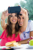 Couple taking photo of themselves with smart phone on romantic p — Stock fotografie
