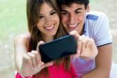 Пара, принимая фотографии себя с смартфона на романтический р — Стоковое фото