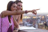 Mooie meisjes kijken naar de weergaven in de stad. — Stockfoto