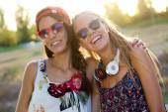 Young beautiful girls having fun in the park. — Stockfoto