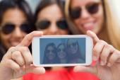 Três amigos, tirar fotos com um smartphone — Foto Stock