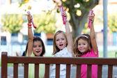Gruppe der Kinder, die Spaß im park. — Stockfoto
