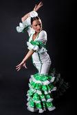 Tancerka flamenco młodych w pięknej sukni na czarnym tle. — Zdjęcie stockowe