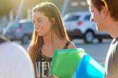 Un groupe d'amis, parler dans la rue après la classe — Photo