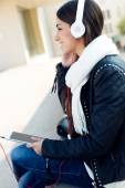 Beautiful girl listening to music in city.  — Fotografia Stock