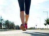 Läufer m auf Straße Closeup auf Schuh. — Stockfoto