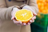 Young beautiful woman shopping fruit in a market. — Stock Photo