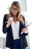 Business young woman using her mobile phone in the office. — 图库照片