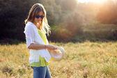 Beautiful young woman enjoying summer in a field. — Stok fotoğraf