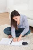 Mulher calculando as finanças domésticas — Fotografia Stock