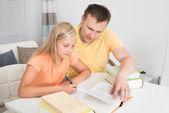 Fader att hjälpa dottern med läxor — Stockfoto