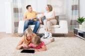 Crianças usando tablet deitado no tapete — Fotografia Stock
