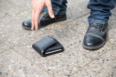 Man Picking Up Fallen Wallet — Stock Photo