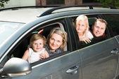 幸福的家庭,由汽车行驶 — 图库照片
