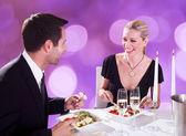 Jantar desfrutando de casal — Fotografia Stock