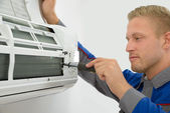 Technician Repairing Air Conditioner — Stock Photo