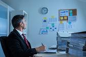 Biznesmen, patrząc na zegar — Zdjęcie stockowe