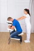 Ricevente massaggio di spalla uomo — Foto Stock