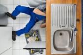 Plumber Repairing Sink — Stock Photo