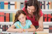 Mãe e filha estudar — Fotografia Stock