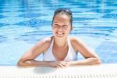 Giovane donna in piscina — Foto Stock