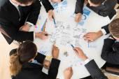 Businesspeople Analyzing Graph — Stock Photo