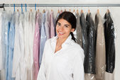Woman In Front Of Rack With Hangers — Stock Photo