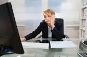Imprenditrice lavorando sul computer — Foto Stock