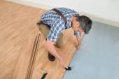 Worker Assembling Laminate Floor — Stock Photo