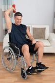 Handicappato su sedia a rotelle con il Dumbbell — Foto Stock