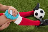 Soccer Player Icing Knee With Ice Pack — Stock Photo
