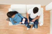 使用数字平板电脑的年轻夫妇 — 图库照片