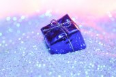 Gift box on glitter — Stockfoto