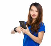 Woman with wearable device sonnect with cellphone — Stock Photo