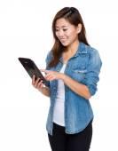 Mladá žena využívání digitálních tabletu — Stock fotografie