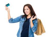 Mulher às compras com cartão de crédito — Fotografia Stock