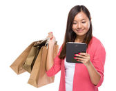 Woman with shopping bag and tablet — Stock Photo