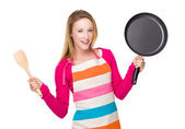 Housewife with spatula and pan — Stock fotografie