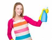Housewife using detergent spray — Stock fotografie