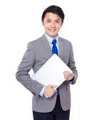 Joven empresario con portátil — Foto de Stock